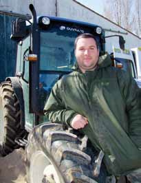 L'agriculteur Jonathan Henry devant son tracteur