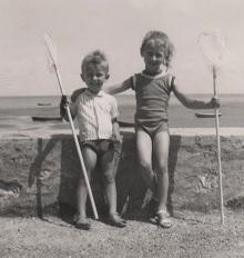 Août 1963. Avec ma soeur rue du Moulin à Rivedoux-Plage