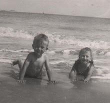 Août 1963. Avec ma soeur Patricia sur la plage sud