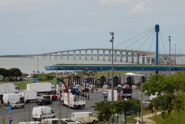 Barrage et bouchon à l'entrée du pont de l'île de Ré