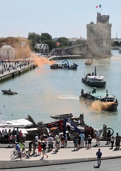 Conchyliculteurs et mytiliculteurs occupent le Vieux Port de La Rochelle. (c) Peggy Landon