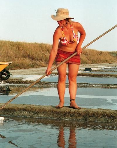 Anne-Charlotte Stcker, saunière sur l'île de Ré, vend son sel au marché du Bois-Plage