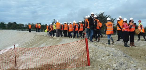 Les visiteurs de l'ANEL (élus du littoral) découvrent la digue du Boutillon (île de Ré)