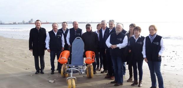 Livraison d'un nouveau fauteuil pour handicapés sur la plage de Rivedoux (île de Ré)