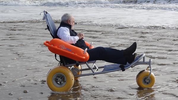 Fauteuil Mobi-Chair pour personnes à mobilité réduites, pour rendre accessibles les plages de l'île de Ré