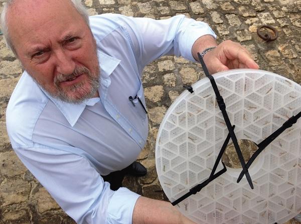Le Maire de Saint-Martin montre les larves de homards aux enfants