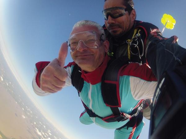 Saut en parachute sur l'île de Ré du député Olivier Falorni