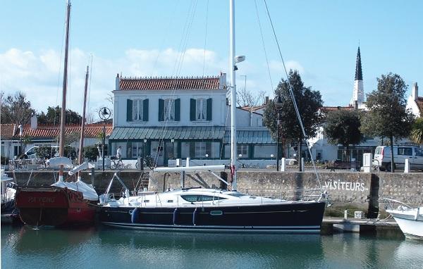Le bassin de la Criée au port d' Ars en Ré.