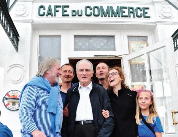 Olivier Gouzou revient signer son livre au café du commerce d'Ars, île de Ré