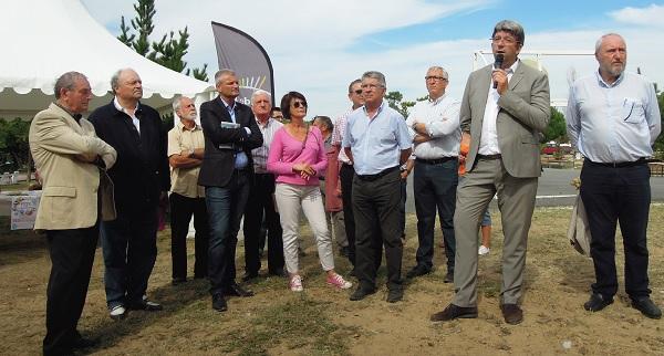 Olivier Falorini et les maires de l'île de Ré. Il évoque les sujets locaux et nationaux de son mandat parlementaire