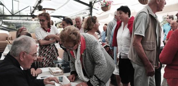 Signature des chroniques du café du commerce d'Ars en Ré, livre d'Olivier Gouzou
