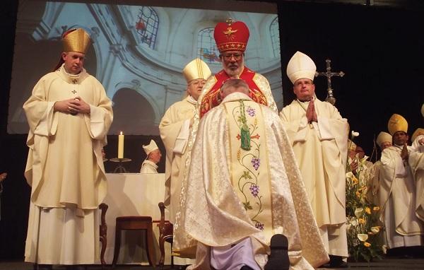 Imposition des mains pour Mgr Colomb, nouvel évêque de La Rochelle saintes