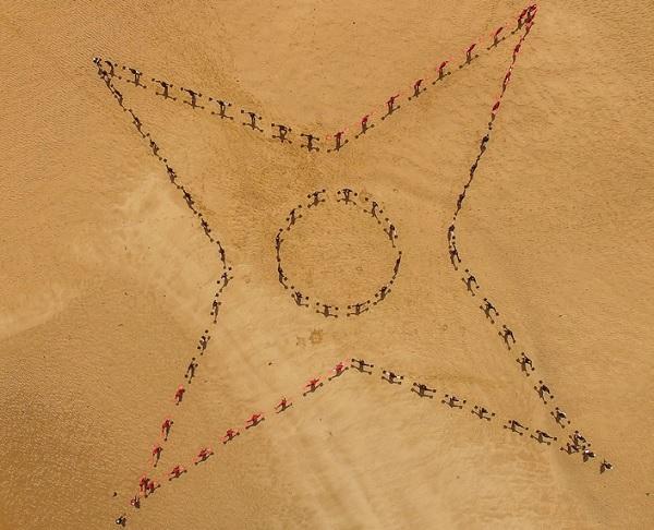 Mouvement chorégraphique réalisé par les géomètres experts sur une plage de l'île de Ré