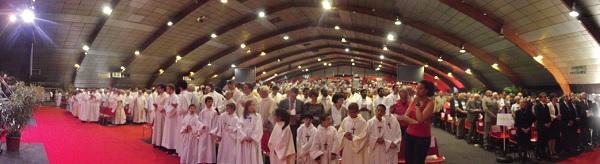 Foule à la cérémonie d'ordination de Georges Colomb, évêque de La Rochelle-Saintes