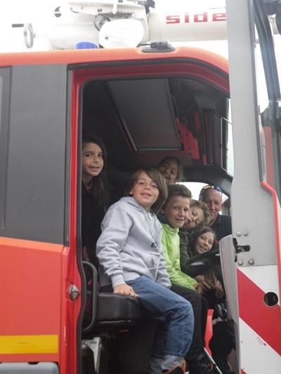Enfants dans un camion de pompiers à l'aéroport de La Rochelle