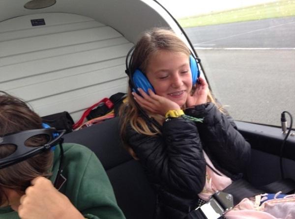 La joie d'une écolière de Sainte-Marie dans l'avion