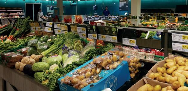 Magasin Intermarché réaménagé à La Flotte (île de Ré) La halle de marché fruits et légumes, et à l'arrière-plan le banc de poissonnerie