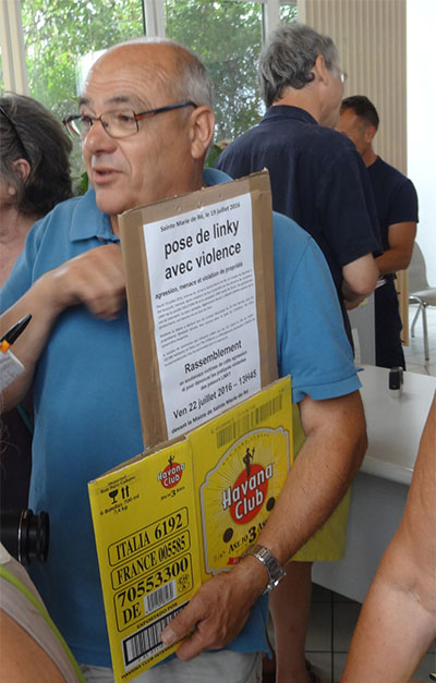 Jean-Claude Guilbon, viectime d'une pose de force du compteur Lincky, soutenu, dépose la demande de réunion à la Mairie de Sainte-Marie.
