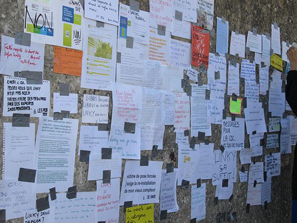 Messages des opposants au compteur Linky sur le mur de la communauté de communes de l'île de Ré