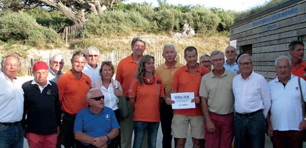 Jean-Luc Dupeux, président de la SNSM île de Ré, a reçu un chèque de 11 700 € de l'URCAN