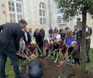 Les enfants des Petits Mousses plantant en 2015 le premier « arbre du climat » de l'île de Ré