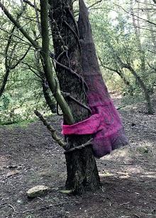 Les Enlaçoirs de Stéphanie Cailleau. Installation en forêt