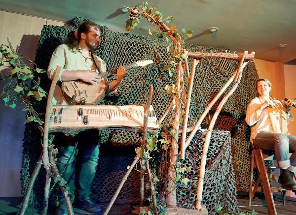 Groupe de musique dans un décor forestier
