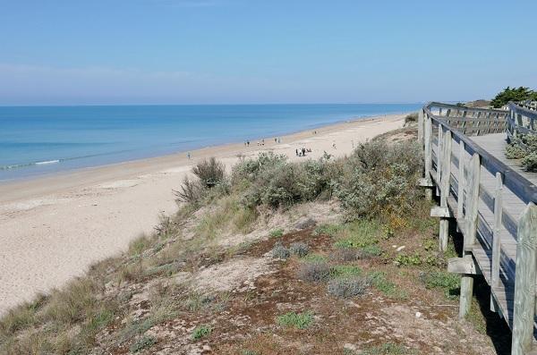 Atttractivité touristique : La plage s'étend sur 5 km au Bois-Plage, elle propose de nombreuses animations
