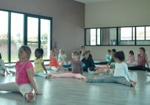 Cours de danse modern Jazz par Christine Didier, avec des enfants très concentrés ! (stage île de Ré)