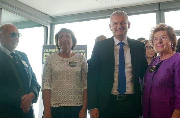 Jean Billaud, Patricia Friou, Olivier Falorni et Colette Chaigneau, devant des jeunes du Comité de soutien pour les législatives 2017