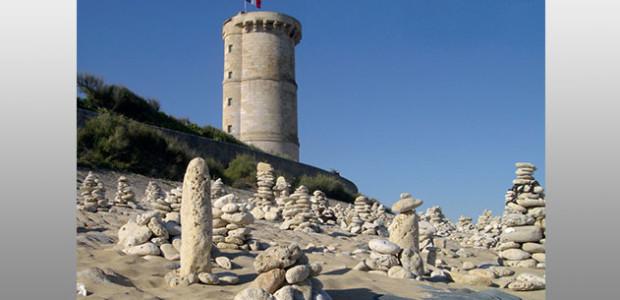 Totems de galets au phare des Baleines sur l'île de Ré