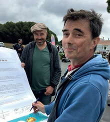 Gilles Perrin, fier de signer la Charte des Saveurs lors des Régalades 2017 au Bois-Plage