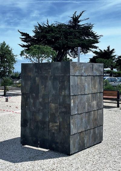L'ardoise de Michel Kirsch oeuvre d'art sur l'Esplanade de Rivedoux. :