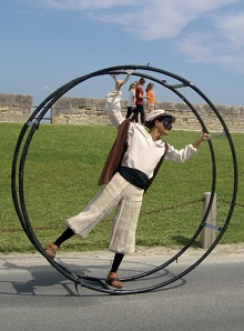 Les collégiens font des présentations des arts de la rue et du cirque à St Martin, île de Ré