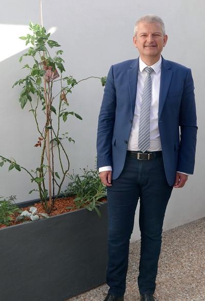 Olivier Falorni, député sortant, débat sur son programme avec Otilia Ferreira