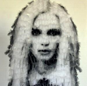 Qui suis-je ? Peinture aérosol sur plumes de Marie-Ange Daudé, expo à la Galerie Xinart, Ars, île de Ré