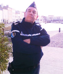 Il est sur tout les coups dans la région : avocat dans « Meurtres à l'île de Ré », le comédien Bertrand Malherbe est chargé dans cet inédit d'arrêter un étonnant suspect