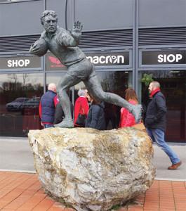 Devant le parc y Scarlets, la statue de Ray Gravell trois-quarts centre de la grande équipe galloise des années 70.