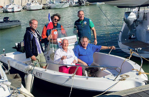 Découvrir le Pertuis breton avec La « Janthiane ». Dominique Chevillon, Pierre Le Gall, Grégory et Jean-Roch à côté d'Olivier Van Conneyt (du Lycée scientifique de La Rochelle) inaugurent le bateau l'été dernier (© Solange Le Gall)