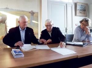 Le maire Jean-Louis Olivier et Daniel Bro de Comères signant la convention pour l'église St-Étienne