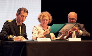 A l'issue de sa conférence, Muriel Pénicaud a signé un Plan Investissement Compétences avec le président de Région Alain Rousset et le préfet de Charente-Maritime Fabrice Rigoulet-Roze