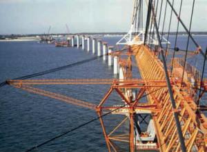 La construction du pont constitue une réelle prouesse technique liée, notamment, aux caractéristiques de l'ouvrage et aux contraintes géologiques