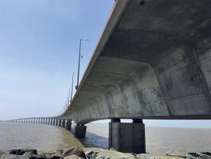 La courbure du pont a été pensée en fonction des courants pour qu'un bateau en avarie ne vienne pas s'échouer sur un pile