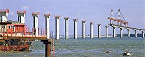 La grue « poutre de lancement » de manipulation des voussoirs mesurait 285 m de long