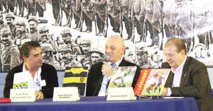 Aux côtés de Richard Escot, directeur de la rédaction de L'Équipe, un autre Rochelais dont il est très proche, Jean-Michel Blaizeau fut très longtemps vice-President du Stade Rochelais