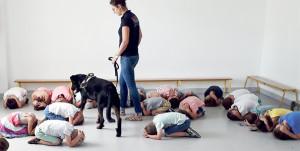 Formatrice PECCRAM prévention morsure de chien avec des enfants d'une école sur l'île.