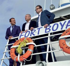 Olivier Falorni, entouré d' Emmanuel Macron, alors encore Ministre de l'Economie, et de Michel Puyrazat, Président du Directoire du Grand Port Maritime, lors de la visite officielle du 18 août 2016