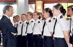 Après la cérémonie, Emmanuel Macron a rencontré les jeunes de première année de l'école des sous-officiers