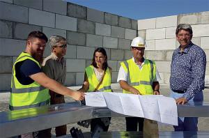 L'architecte et le responsable de l'Entreprise Harranger font le point du chantier avec le président de la CdC, le Directeur des Services techniques de la CdC et un agent de la CdC en charge du suivi du projet