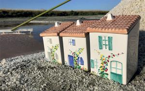 Les petites maisons en céramique peintes à la main.